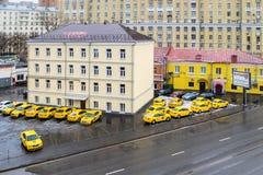 MOSKWA ROSJA, LISTOPAD, - 27, 2016: Żółtego taxi samochodowy parking Zdjęcia Stock