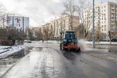 MOSKWA ROSJA, LISTOPAD, - 27, 2016: Ciągnik czyści up ulicę po noc opadu śniegu Fotografia Royalty Free