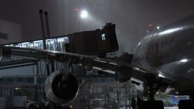 MOSKWA, ROSJA, LISTOPAD 11, 2016: Linia lotnicza emiraty A380 Aerobus parkuje przy Domodedovo lotniskiem Pasażerów czekać zdjęcie wideo