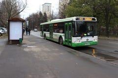 MOSKWA ROSJA, LISTOPAD, - 10, 2018: Miasto autobus opuszcza przystanek autobusowego fotografia royalty free