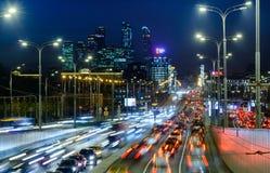 MOSKWA ROSJA, LISTOPAD, - 08: 2017: Noc ruch drogowy przy centrum Moskwa Zdjęcia Stock