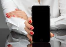 MOSKWA ROSJA, LISTOPAD, - 05, 2016: Nowy czarny iPhone 7 jest smar Obrazy Royalty Free