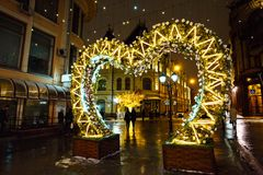 MOSKWA ROSJA, LISTOPAD, - 4, 2016: Uliczna dekoracja z bożonarodzeniowe światła i Iluminującymi drzewami w zimy nocy zdjęcia stock