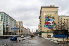 MOSKWA ROSJA, LISTOPAD, - 27, 2016: Uliczny graffity przedstawia wolkswagena transporteru furgonetki inskrypcję jest ` cała świat Fotografia Stock