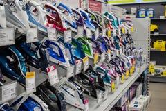 Moskwa Rosja, Luty, - 20, 2018 Żelaza w sklepie elektronika i gospodarstw domowych urządzeń Eldorado zdjęcia royalty free