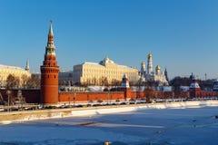 Moskwa Rosja, Luty, - 01, 2018: Architektoniczny zespół Moskwa Kremlin przy pogodnym zima dniem Widoki od Bol ` shoy Kamenny Zdjęcia Stock