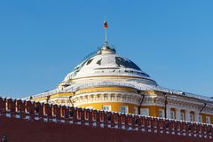Moskwa Rosja, Luty, - 01, 2018: Budynek Senacki pałac na niebieskiego nieba tle Moskwa Kremlin przy pogodnym zima dniem Obrazy Royalty Free