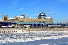 Moskwa Rosja, Luty, - 14, 2019: Expocenter na Krasnopresnenskaya bulwarze Moskwa rzeka na pogodnym zima dniu obrazy royalty free