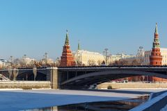 Moskwa Rosja, Luty, - 01, 2018: Góruje Moskwa Kremlin na Bol ` Kamennyy mosta shoy tle Widok od Bersenevskaya Zdjęcie Stock