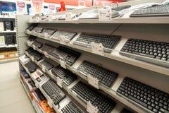 Moskwa Rosja, Luty, - 02 2016 Komputerowa klawiatura w Eldorado, wielkie sieci domów towarowych sprzedaje elektronika Zdjęcia Royalty Free