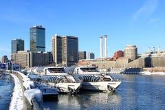 Moskwa Rosja, Luty, - 14, 2019: Lodowi klasowi rzeczni jachty na Moskva rzece obraz royalty free