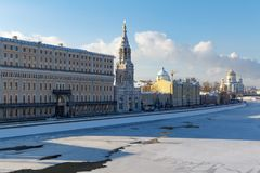 Moskwa Rosja, Luty, - 01, 2018: Moskva rzeka w pogodnym zima dniu Widok Sofiyskaya bulwar Zdjęcie Royalty Free