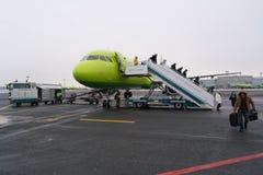Moskwa Rosja, Luty, - 04, 2017: pasażery opuszczają samolot po lądować Obraz Stock