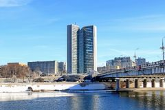 Moskwa Rosja, Luty, - 14, 2019: Piękny Krasnopresnenskaya bulwar i Novoarbatsky most na jaskrawym zima dniu zdjęcie royalty free