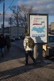MOSKWA ROSJA, LUTY, - 22, 2018: Plenerowy pobocze billboard w Obraz Royalty Free