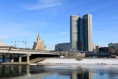 Moskwa Rosja, Luty, - 14, 2019: Moskwa rzeka i Smolenskaya bulwar w zimie fotografia royalty free