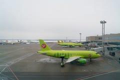 Moskwa Rosja, Luty, - 04, 2017: Samolot S7 linie lotnicze przygotowywa dla lota w lotnisku Zdjęcie Stock