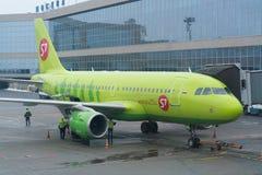 Moskwa Rosja, Luty, - 04, 2017: Samolot S7 linie lotnicze przygotowywa dla lota w lotnisku Obraz Royalty Free
