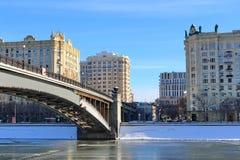 Moskwa Rosja, Luty, - 14, 2019: Smolensky metra most i Smolenskaya bulwar zdjęcia stock