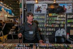 Moskwa Rosja, Luty, - 25, 2017: Sprzedawca czeka klientów połów przekładnia na tle z wobblers Zdjęcia Stock