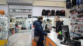 MOSKWA ROSJA, Luty, - 18 2016 Sprzedawca radzi nabywcy przy sklepem zdjęcie wideo
