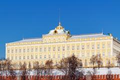 Moskwa Rosja, Luty, - 01, 2018: Uroczysty Kremlowski pałac przeciw niebieskiemu niebu przy pogodnym zima dniem moscow zima obrazy royalty free