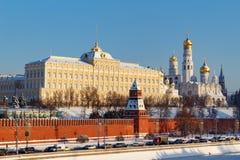 Moskwa Rosja, Luty, - 01, 2018: Uroczysty Kremlowski pałac w Moskwa Kremlin przy pogodnym zima dniem Widoki od Bol ` shoy Kamenny Zdjęcia Stock