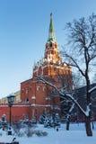 Moskwa Rosja, Luty, - 01, 2018: Wierza Moskwa Kremlowski zbliżenie na pogodnym zima dniu Widoki od Alexandrovsky ogródu Zdjęcie Stock