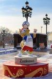 Moskwa Rosja, Luty, - 14, 2018: Wilczy Zabivaka oficjalna maskotka mistrzostwa FIFA puchar świata Rosja 2018 na Manezhnaya squ Obrazy Royalty Free