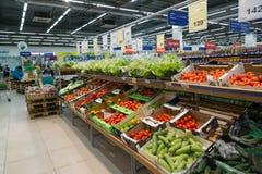 Moskwa Rosja, Luty, - 02, 2015 Wnętrze wielcy sklep sieci produkty Perekrestok Fotografia Royalty Free