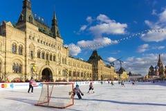 MOSKWA ROSJA, LUTY, - 27, 2016: Zima widok na placu czerwonym z dziąsła i łyżwy lodowiskiem dokąd trzymał children Zdjęcie Royalty Free