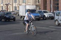 Moskwa, Rosja 21 09 2015 Mężczyzna na rowerze jedzie w ruchu drogowym na Theatre ulicie Obraz Stock