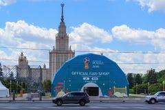 Moskwa Rosja, Maj, - 30, 2018: Budynek Oficjalny fan sklepu FIFA puchar świata Rosja 2018 na tle Lomonosov Moskwa Stat Zdjęcia Stock