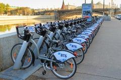 Moskwa Rosja, Maj, - 03, 2018: Do wynajęcia bicykle w parking na tle Moskwa Kremlin Obraz Royalty Free