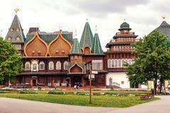MOSKWA ROSJA, MAJ, - 15, 2019: Drewniany dom w Kolomna parku obraz royalty free