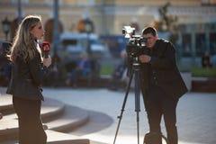 MOSKWA ROSJA, Maj, - 21, 2018: Ekipa filmowa Bułgarski kanał telewizyjny Kanal 3 strzela raport blisko Bolshoi teatru Obraz Stock