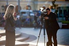 MOSKWA ROSJA, Maj, - 21, 2018: Ekipa filmowa Bułgarski kanał telewizyjny Kanal 3 strzela raport blisko Bolshoi teatru Fotografia Royalty Free