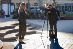 MOSKWA ROSJA, Maj, - 21, 2018: Ekipa filmowa Bułgarski kanał telewizyjny Kanal 3 strzela raport blisko Bolshoi teatru Zdjęcia Royalty Free