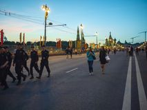 MOSKWA ROSJA, MAJ, - 9, 2016: Kilka funkcjonariuszi policji od hufa i dwa dziewczyny śmiają się i chodzący na Maju 9 zdjęcie royalty free