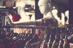 MOSKWA ROSJA, MAJ, - 22, 2019: Kobiety odziewają w centrum handlowym obrazy stock