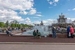 Moskwa Rosja, Maj, - 27, 2017: ludzie chodzi w parku VDNKh Obraz Royalty Free