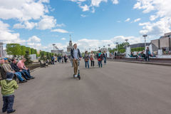 Moskwa Rosja, Maj, - 27, 2017: ludzie chodzi w parku VDNKh Fotografia Royalty Free