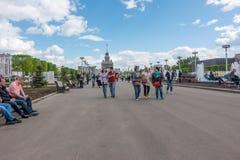 Moskwa Rosja, Maj, - 27, 2017: ludzie chodzi w parku VDNKh Obrazy Royalty Free