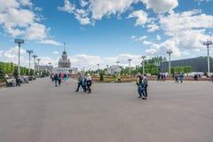 Moskwa Rosja, Maj, - 27, 2017: ludzie chodzi w parku VDNKh Obraz Stock