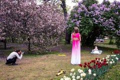 MOSKWA ROSJA, MAJ, - 15, 2019: Ludzie w Kolomna parku z kwitn?cym bzem przy wiosna czasem obrazy royalty free