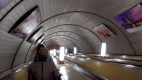 Moskwa Rosja, Maj, - 27, 2017: Ludzie wspinają się eskalator w metrze zbiory