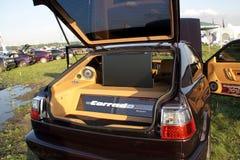 Moskwa Rosja, Maj, - 25, 2019: Nastrajający Volkswagen Corrado w bagażniku z czego instaluje potężny muzyczny system i ampuła obrazy stock