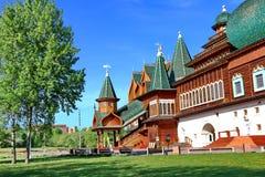 Moskwa Rosja, Maj, - 11, 2018: Pałac Tsar Alexei Mikhailovich w Kolomenskoye na jaskrawym święto pracy obrazy stock