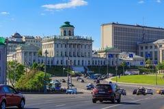 Moskwa Rosja, Maj, - 27, 2018: Pashkov dom na Vozdvizhenka ulicie Widok od Bol ` Kamennyy shoy mosta w pogodnym wieczór Zdjęcie Royalty Free