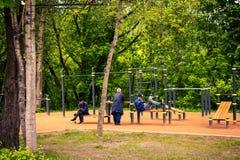 MOSKWA ROSJA, MAJ, - 15, 2019: Pracownicy na sprawności fizycznej mlejącej outdoors Krzyż dostosowywająca ziemia w parku zdjęcia royalty free